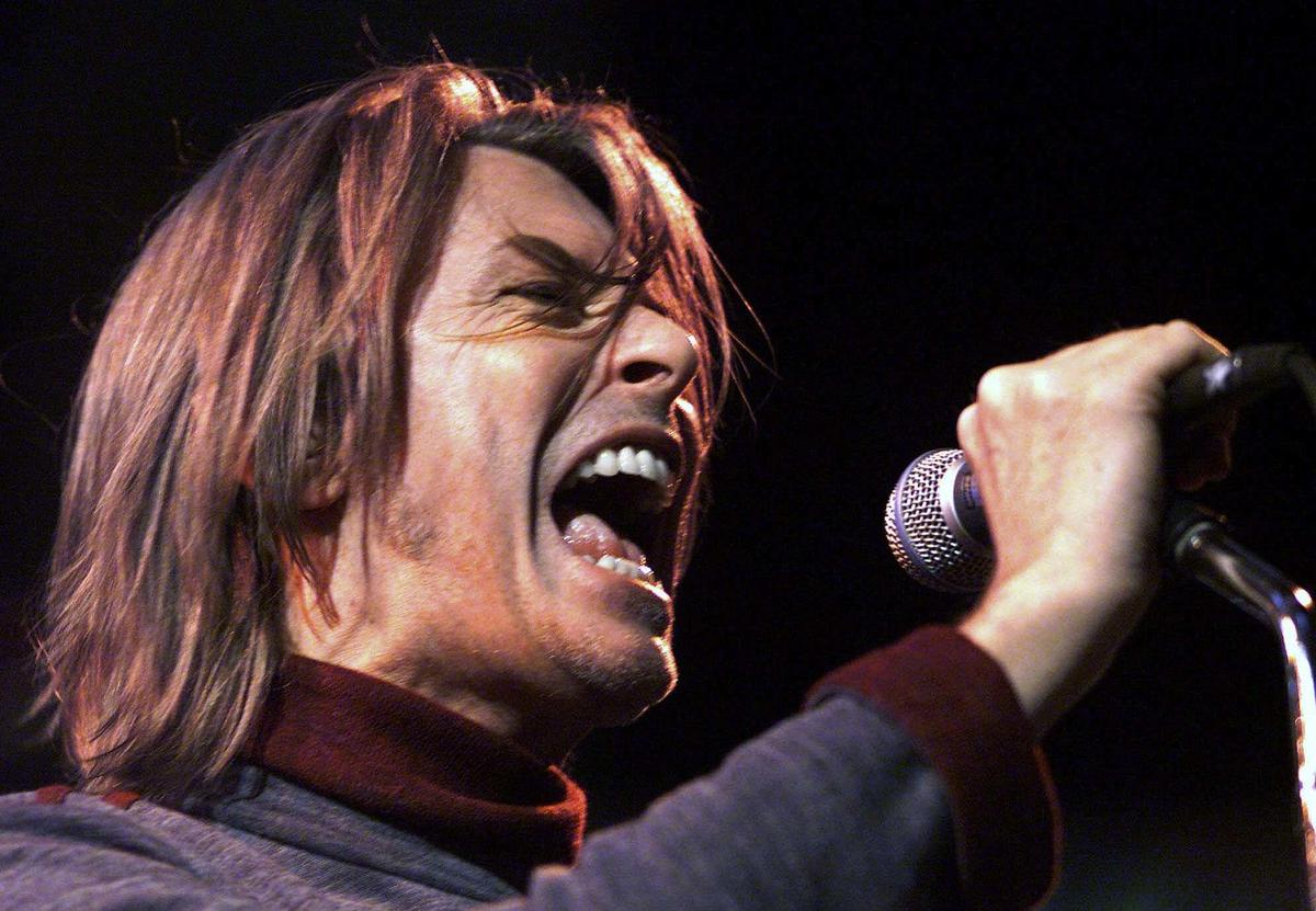 David Bowie em palco, em 1999, no Canadá (AP Photo/CP, Kevin Frayer)
