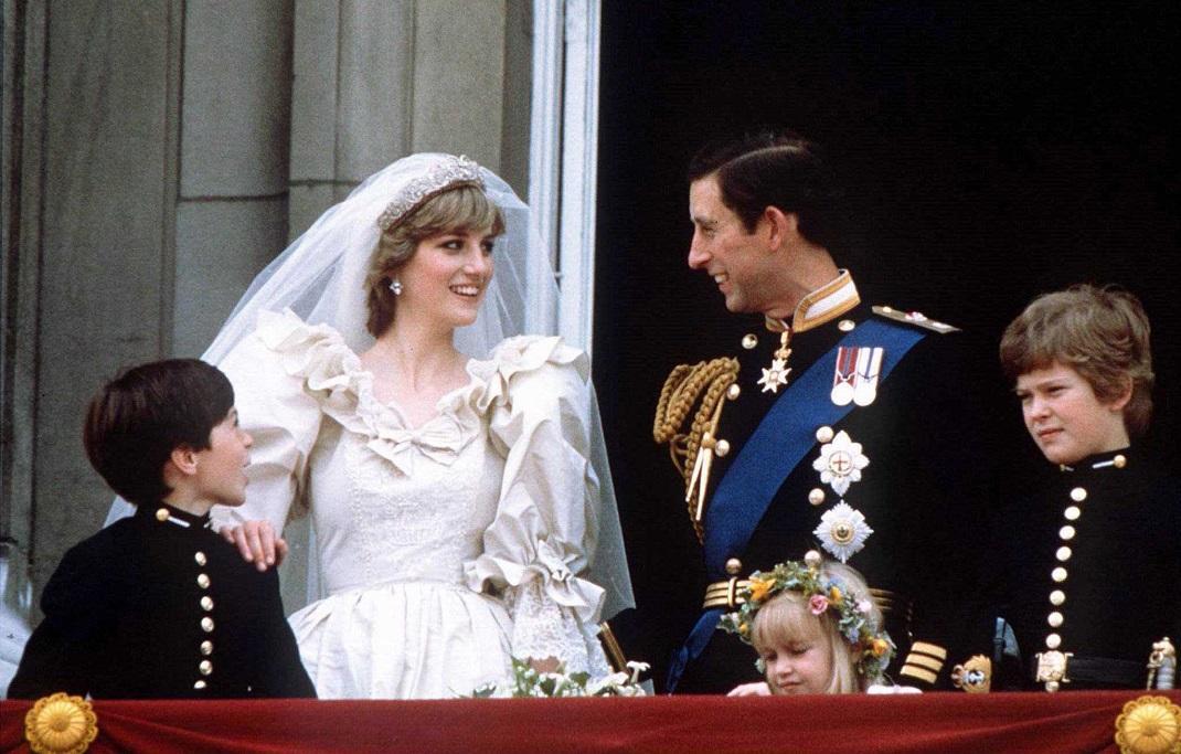 Após a cerimónia de casamento, Príncipe Carlos e Princesa Diana cumprimentam a multidão na varanda do Palácio de Buckingham (Londres - Inglaterra)  / Fotografia: Reuters