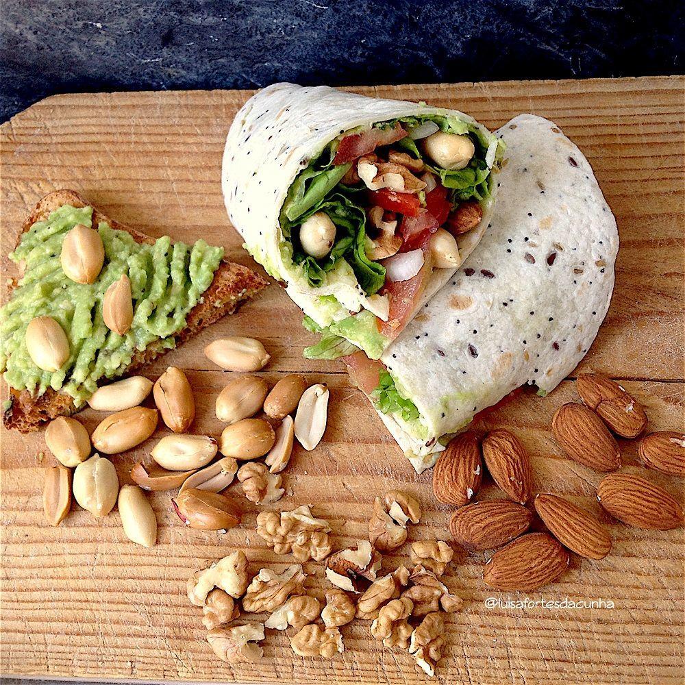 Wrap com guacamole, alface e frutos secos
