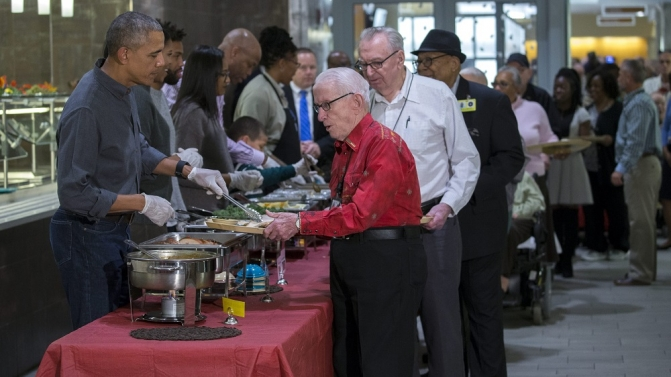 US President Barack Obama serves dinner at the Armed Forces Retirement Home