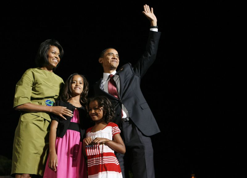 US Democratic presidential candidate Senator Barack Obama (D-IL) waves to supporters with wife and daughters in Des Moines